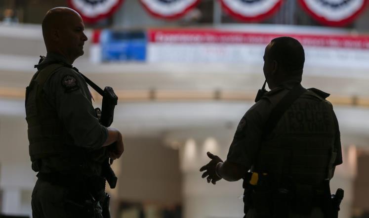 اعتقال اللاجئين الذين وصلوا المطارات الأميركية اليوم