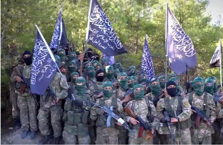 """""""التركستاني"""" يسيطر على مواقع لأحرار الشام ويصادر سلاحها"""