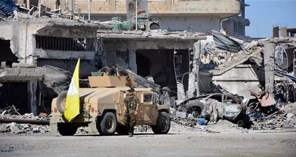 """تفاصيل مفاوضات """"قسد – داعش"""" وخروج الأخيرة من الرقة بحماية التحالف"""