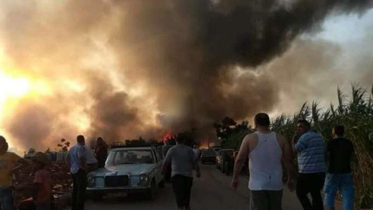 لبنانيون يحرقون مخيماً للاجئين السوريين في منطقة عكار اللبنانية (فيديو)