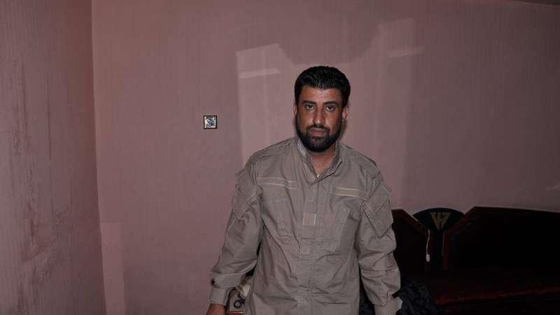 ظهور قائد ميليشيا إيرانية داخل غرفة العمليات العسكرية بدرعا