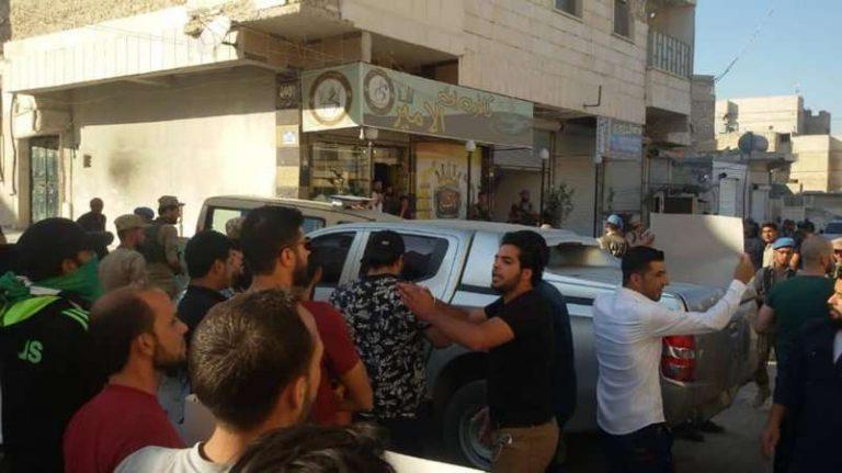 أهالي الباب يطردون نصر الحريري من مدينتهم (فيديو + صور)