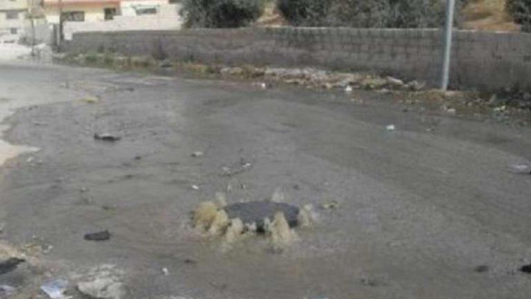 صحيفة أردنية تتهم اللاجئين السوريين بالوقوف وراء فيضان الصرف الصحي!
