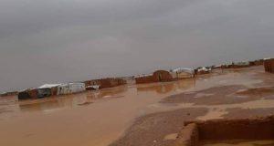 عاصفة مطرية تضرب مخيم الركبان وتفاقِم معاناة النازحين فيه