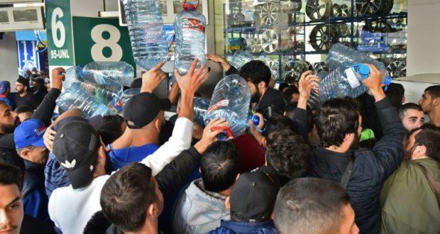 لبنانيون يقطعون الشوارع بعد إضراب محطات الوقود