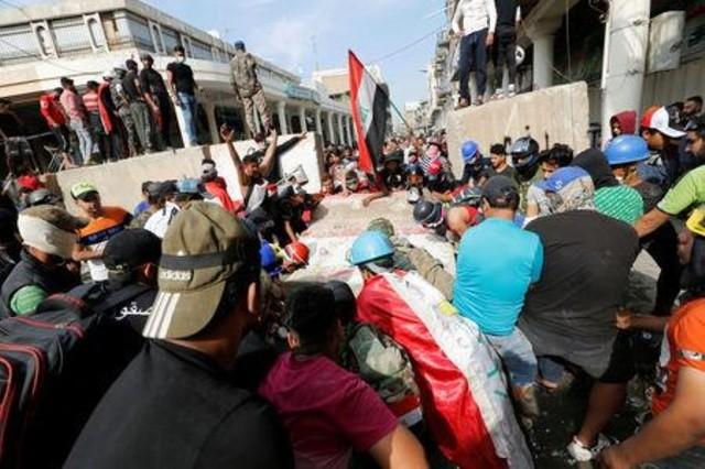 القوات العراقية تقتل ستة محتجين في بغداد وإغلاق ميناء أم قصر
